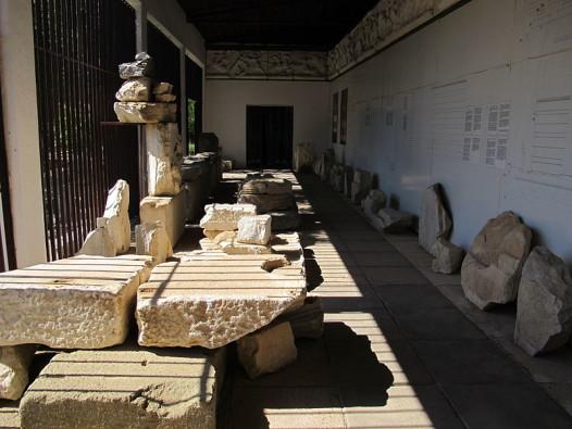 800px-Mausoleo_di_alicarnasso,_ambiente_dei_frammenti_del_fregio_02